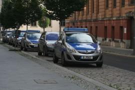 Polizeiautos vor einem Poilzeirevier