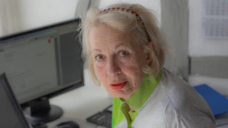 Eine ältere Frau am Computer