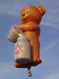 Heißluftballon mit Werbung für Bärenmarke